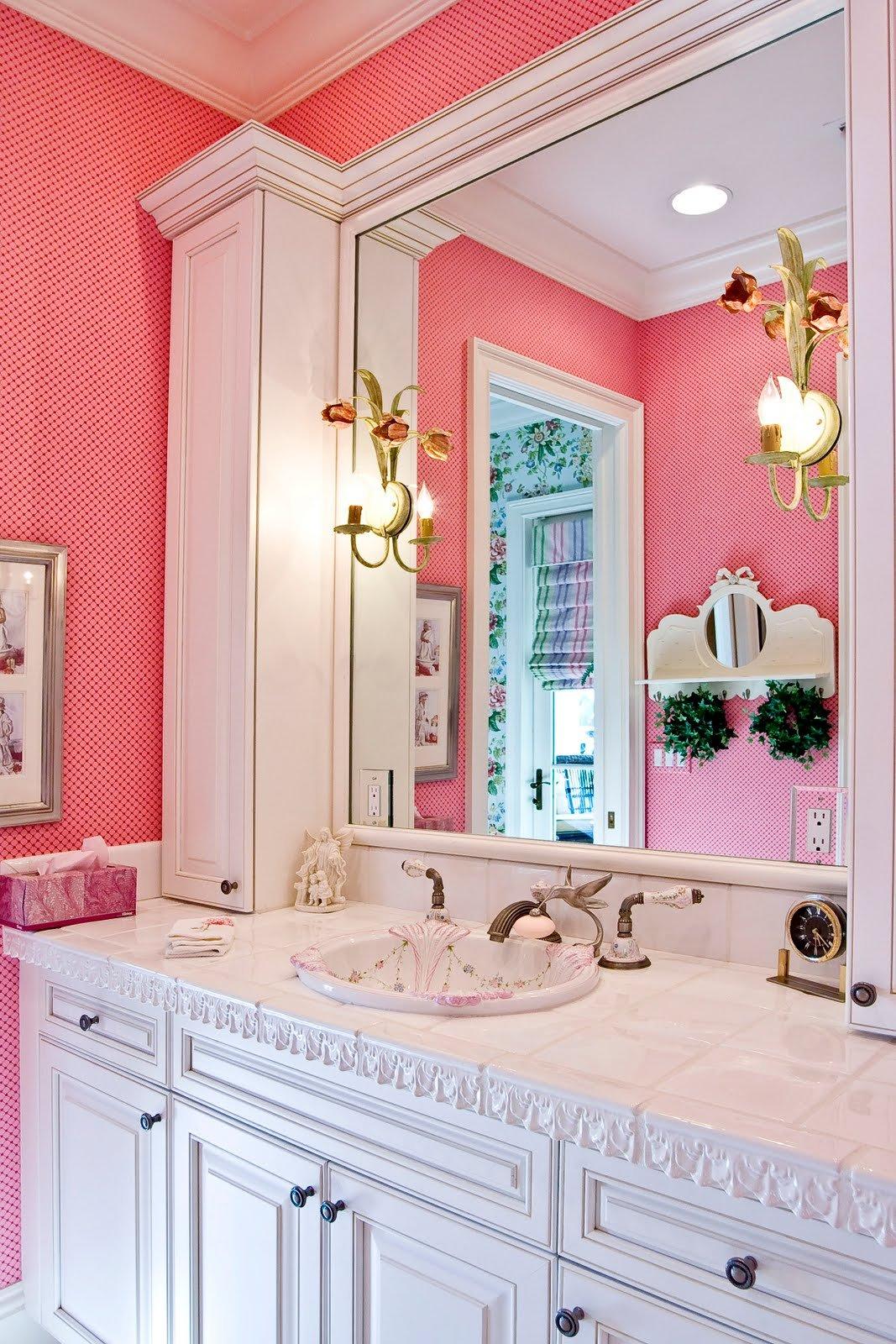 Необычные розовые стены в интерьере ванной