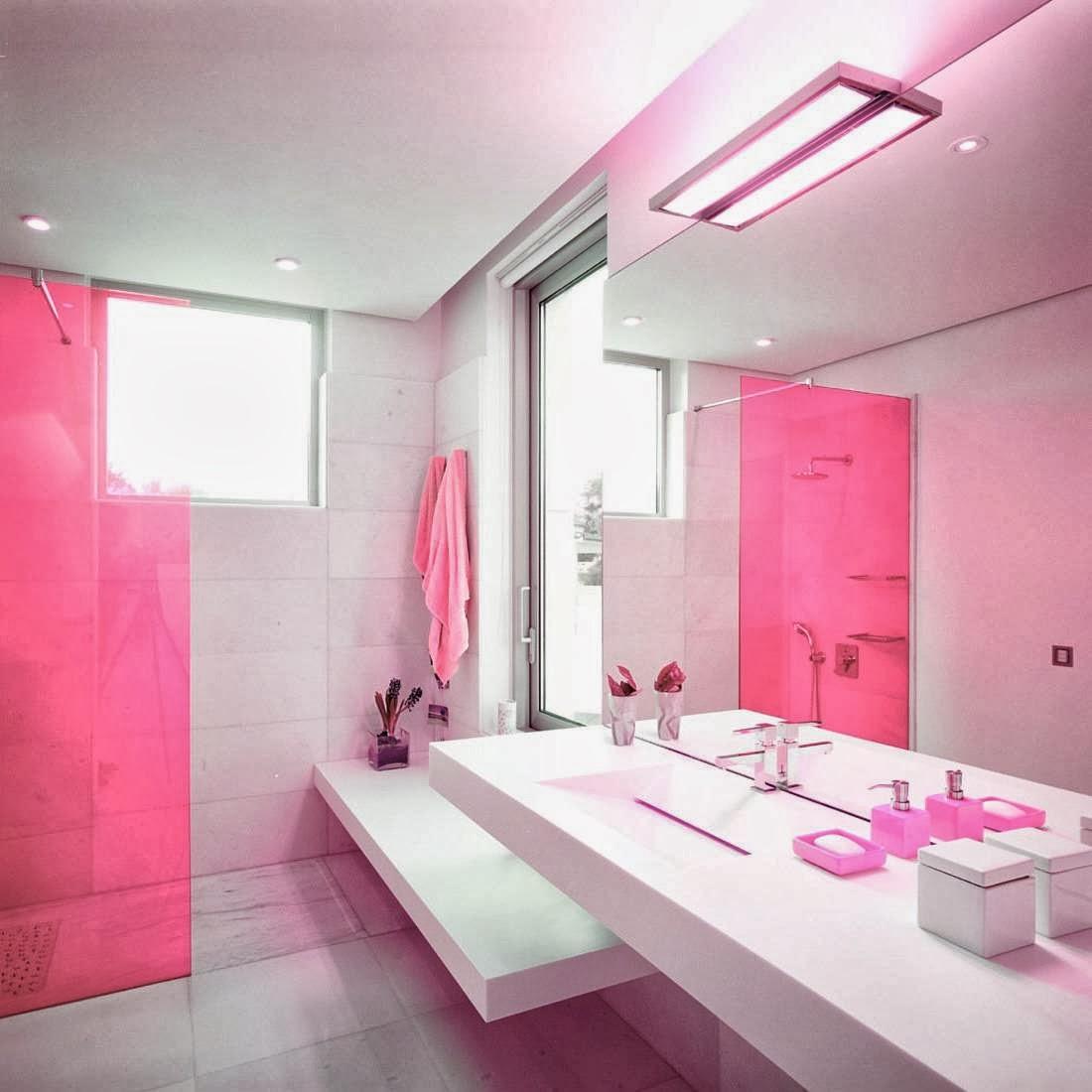 Розовая стеклянная перегородка и аксессуары в ванной комнате