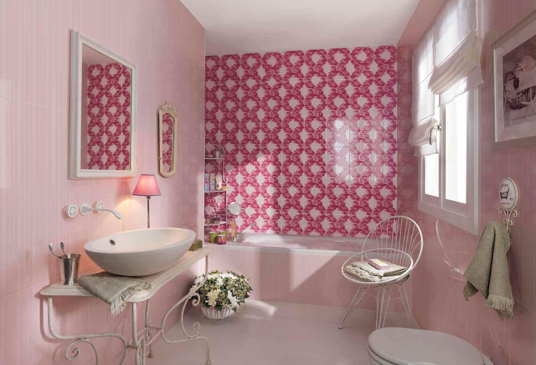 Белая мебель в интерьере розовой спальни