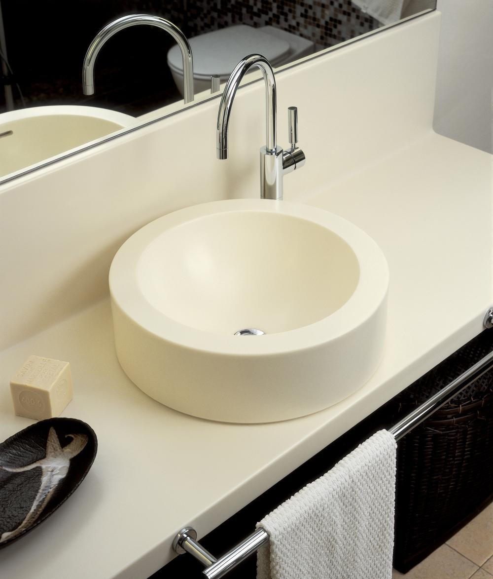 Красивая белая столешница в ванной