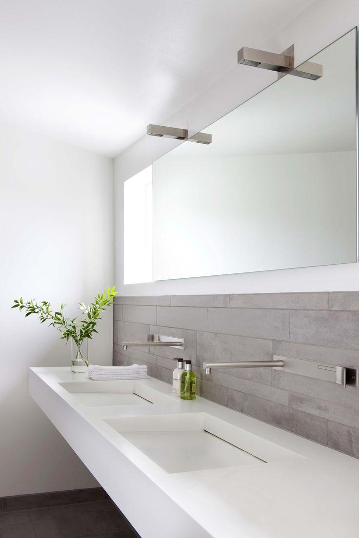 Белая столешница в ванной с фартуком из плитки