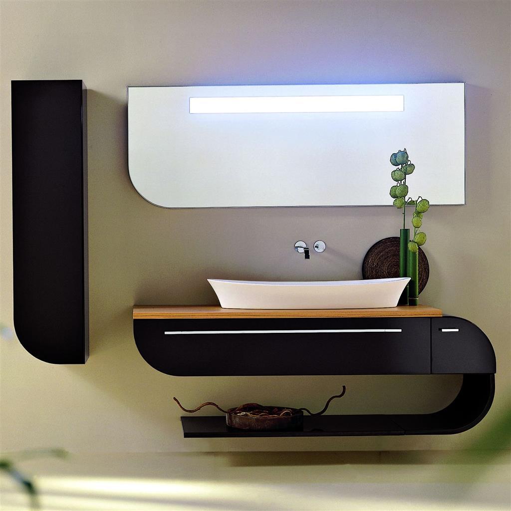 Черно-коричневая фигурная столешница с полкой в ванной