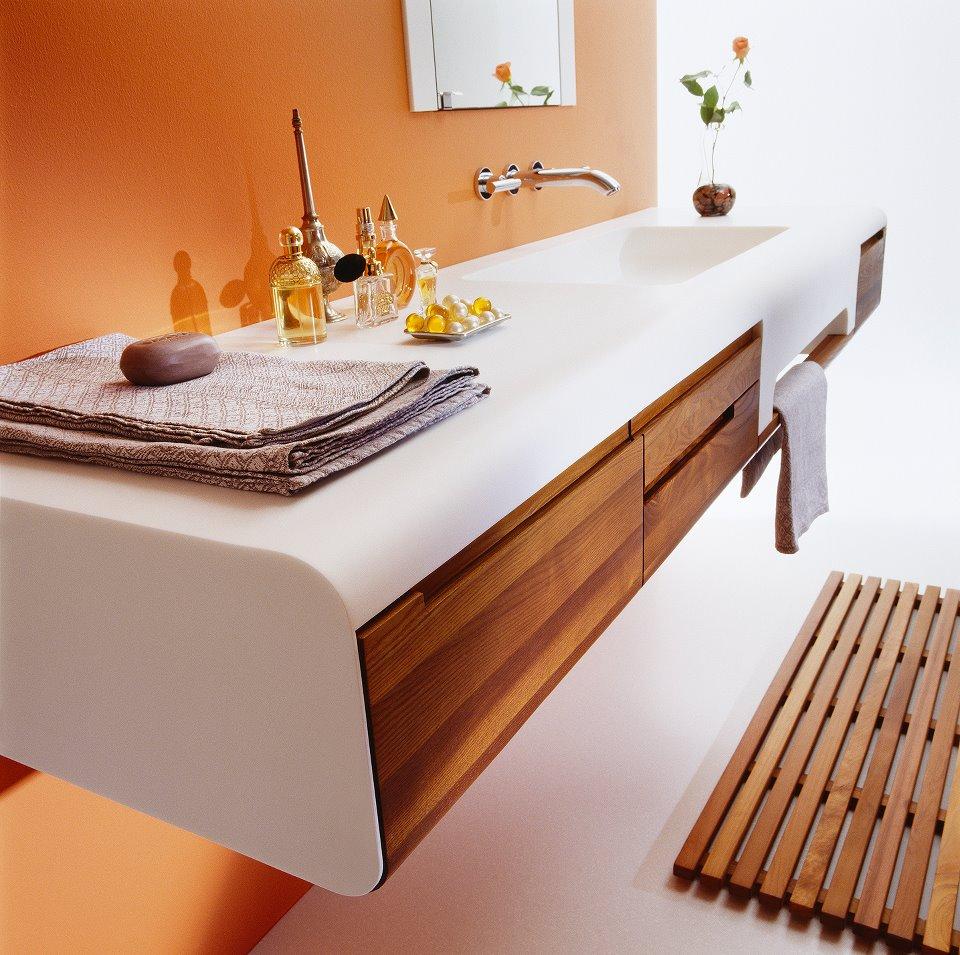 Бело-коричневая столешница в ванной