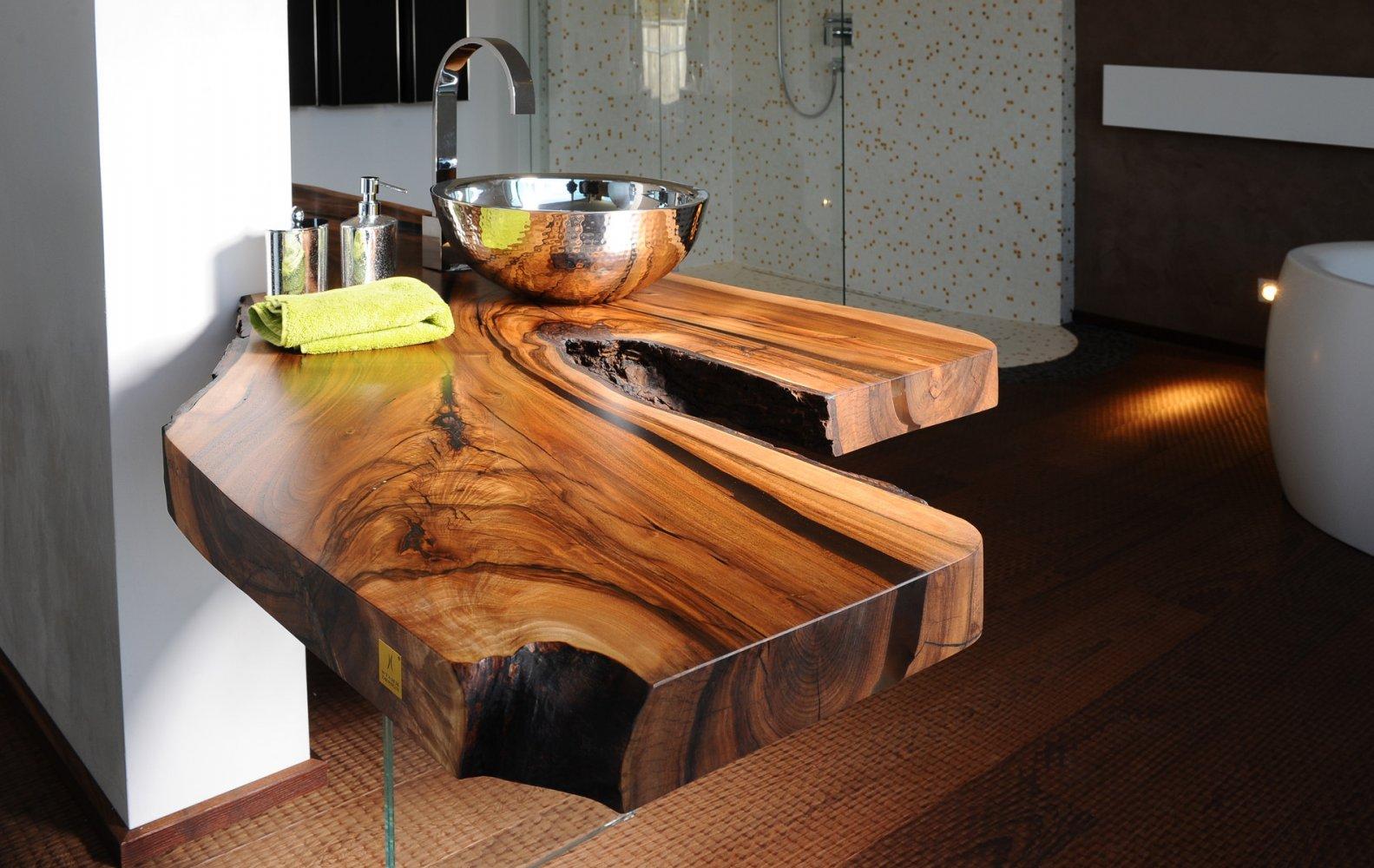 Столешница в ванной из натурального дерева