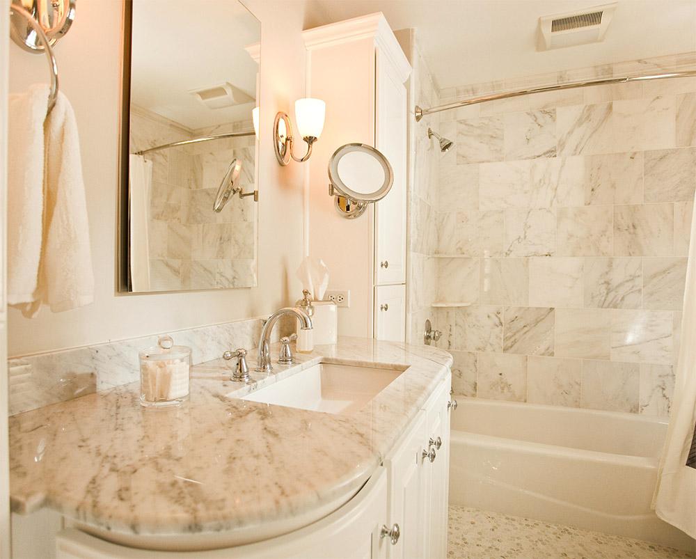 Каменная столешница с полками в ванной