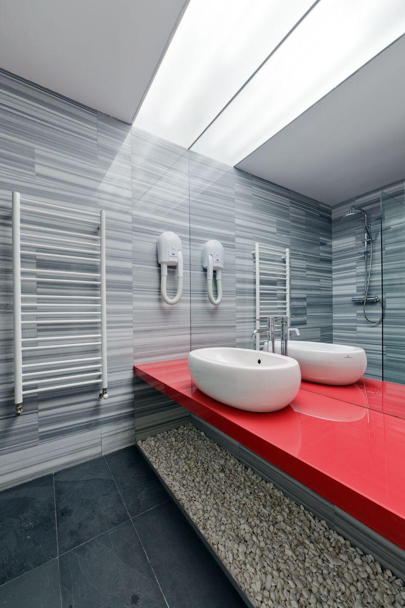 Красная глянцевая столешница в ванной комнате