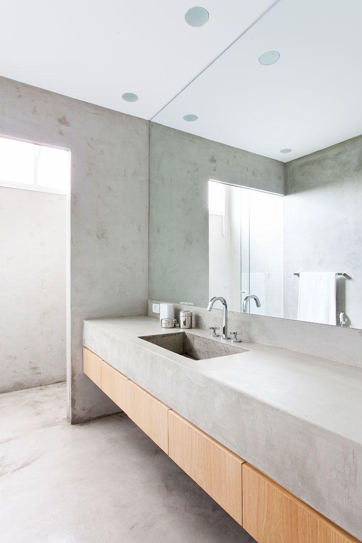 Красивая большая бетонная столешница в интерьере ванной