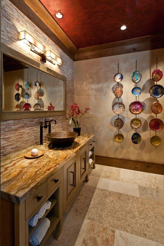 Столешница из коричневого камня в ванной