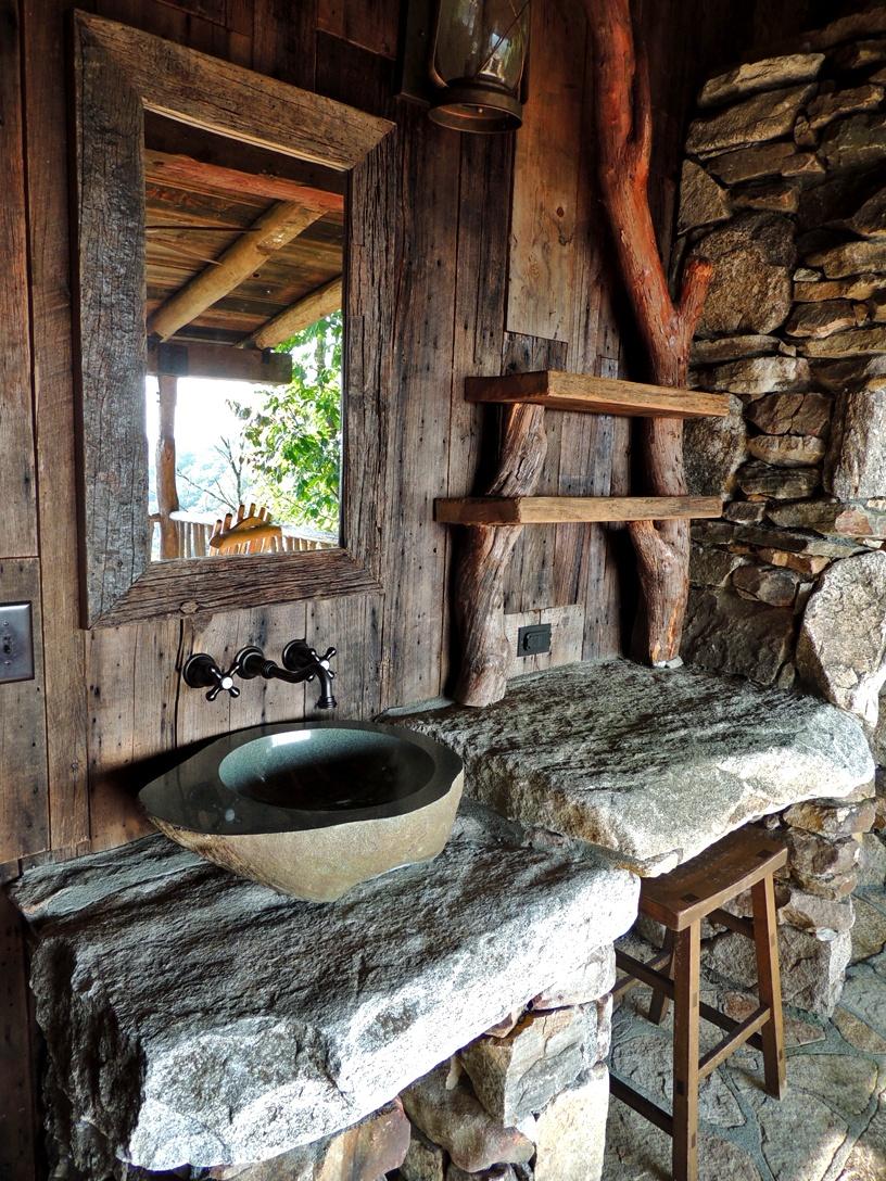 Столешница на даче из натурального камня