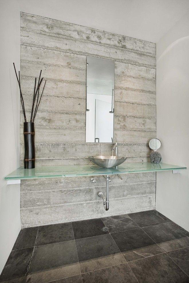 Прочная стеклянная столешница в ванной комнате
