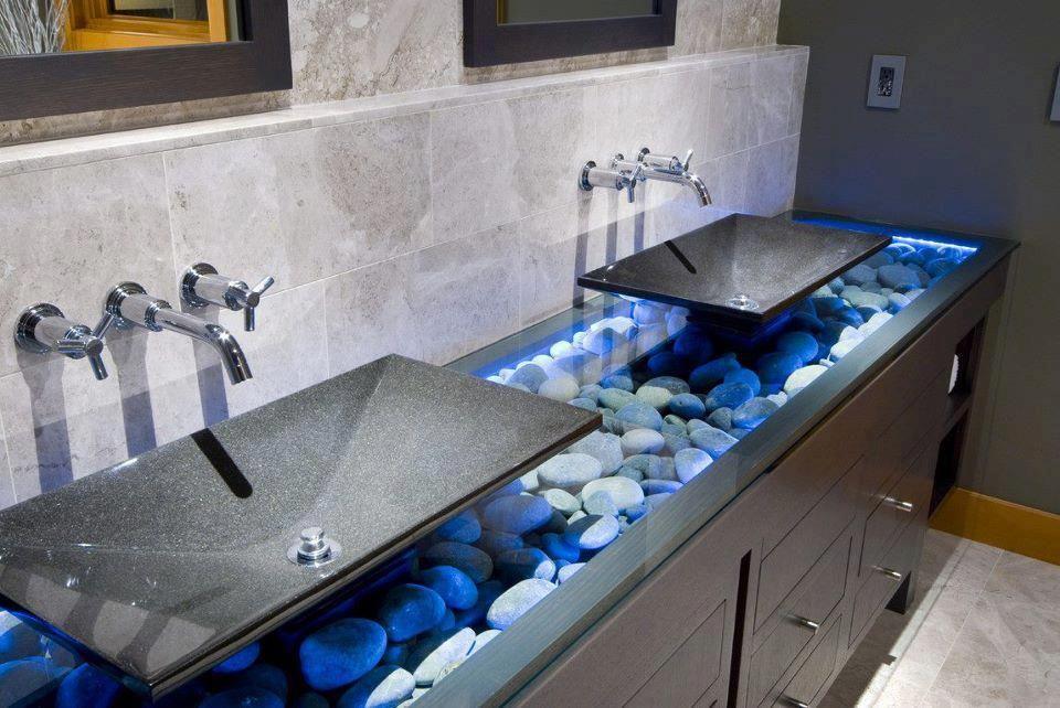 Стеклянная прозрачная столешница с декором из камней в ванной комнате