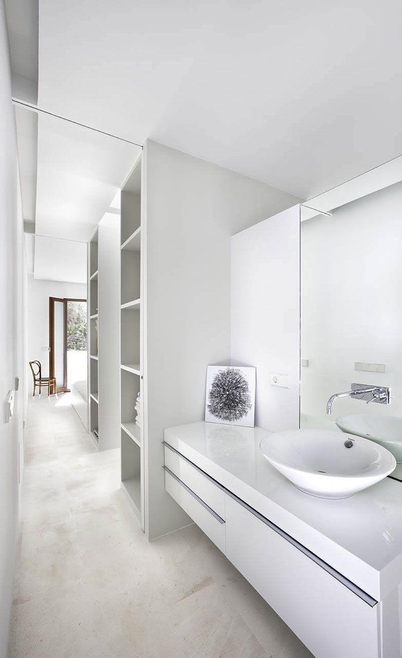 Белая глянцевая столешница в ванной
