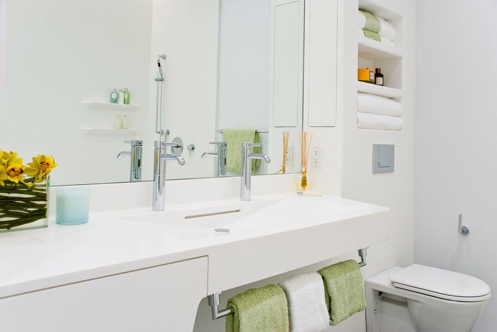 Белая стильная столешница в ванной