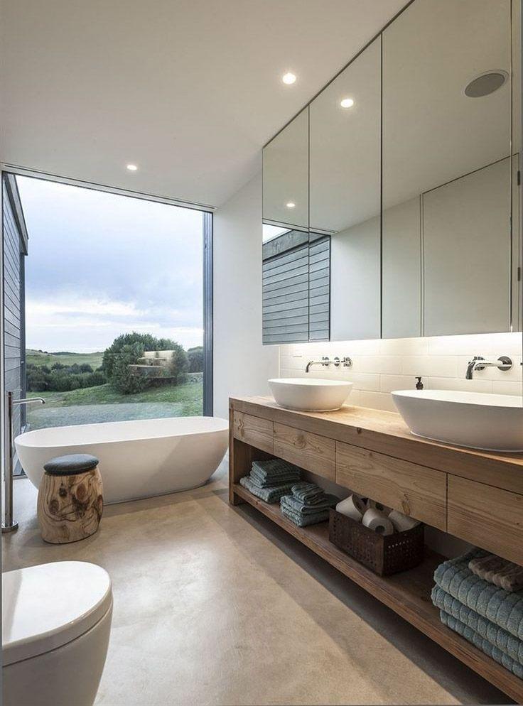 Тумба со столешницей из дерева в ванной комнате