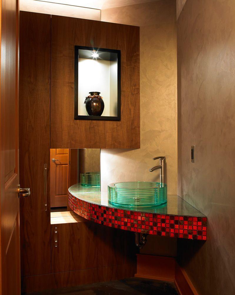 Столешница с красной мозаикой в ванной