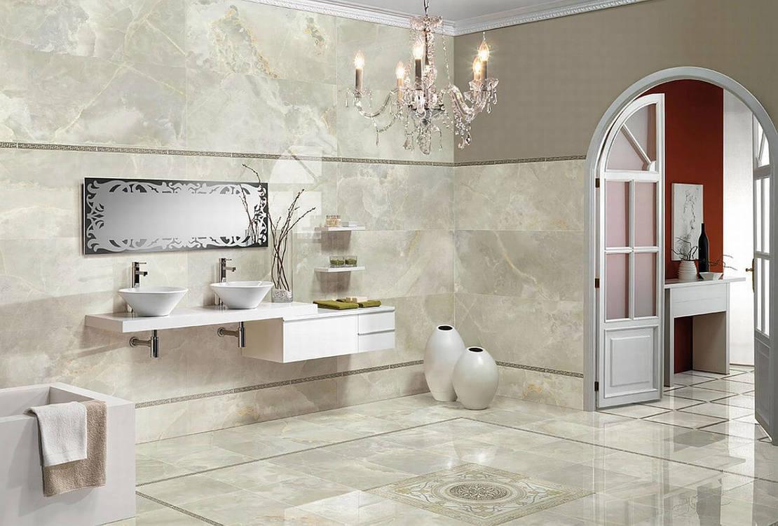 Белая столешница в просторной ванной
