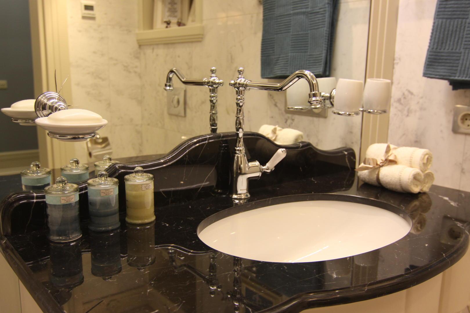 Черная каменная столешница в ванной
