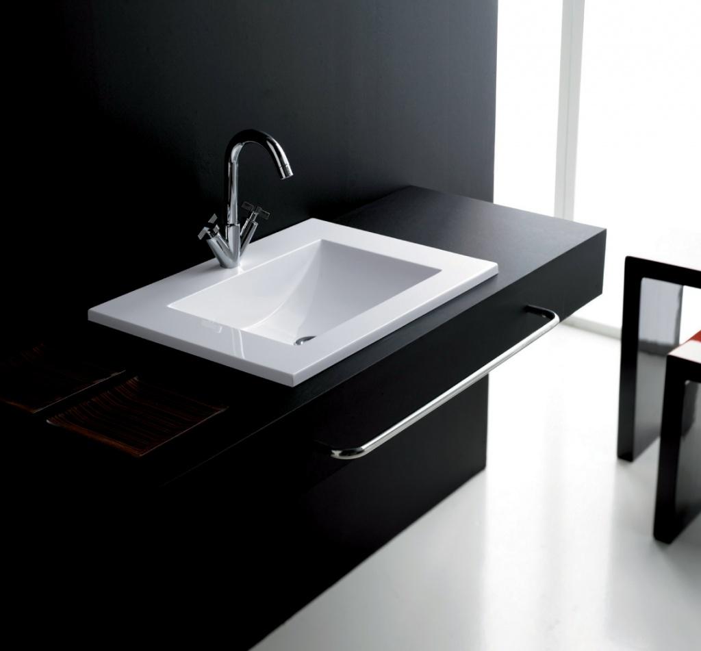 Черная столешница с белой раковиной в ванной