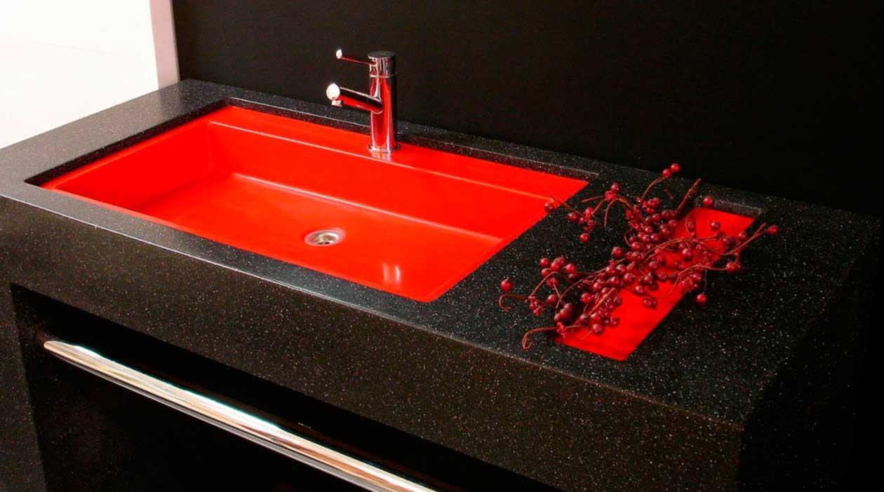 Черная столешница в ванной из акрила