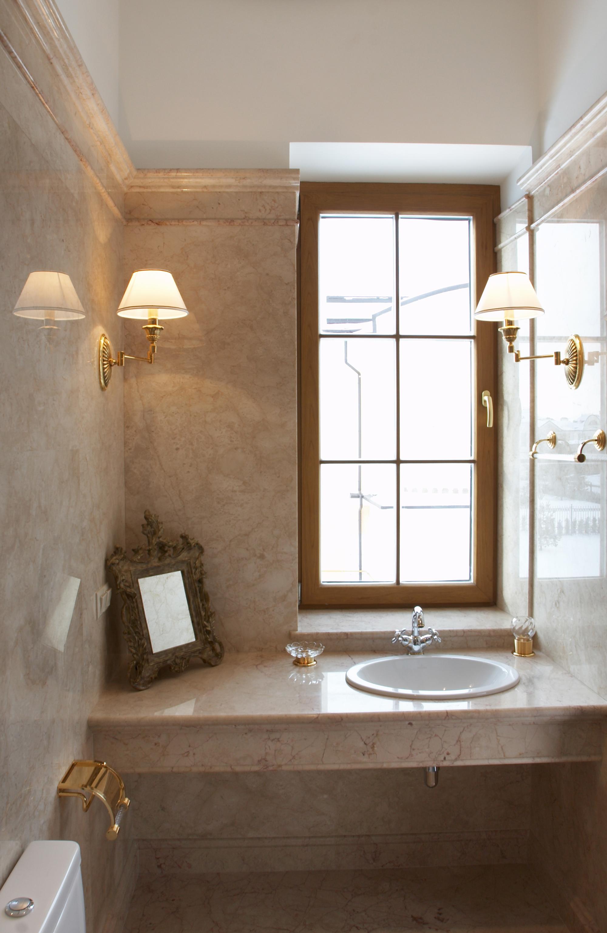 Темно-бежевая каменная столешница в ванной