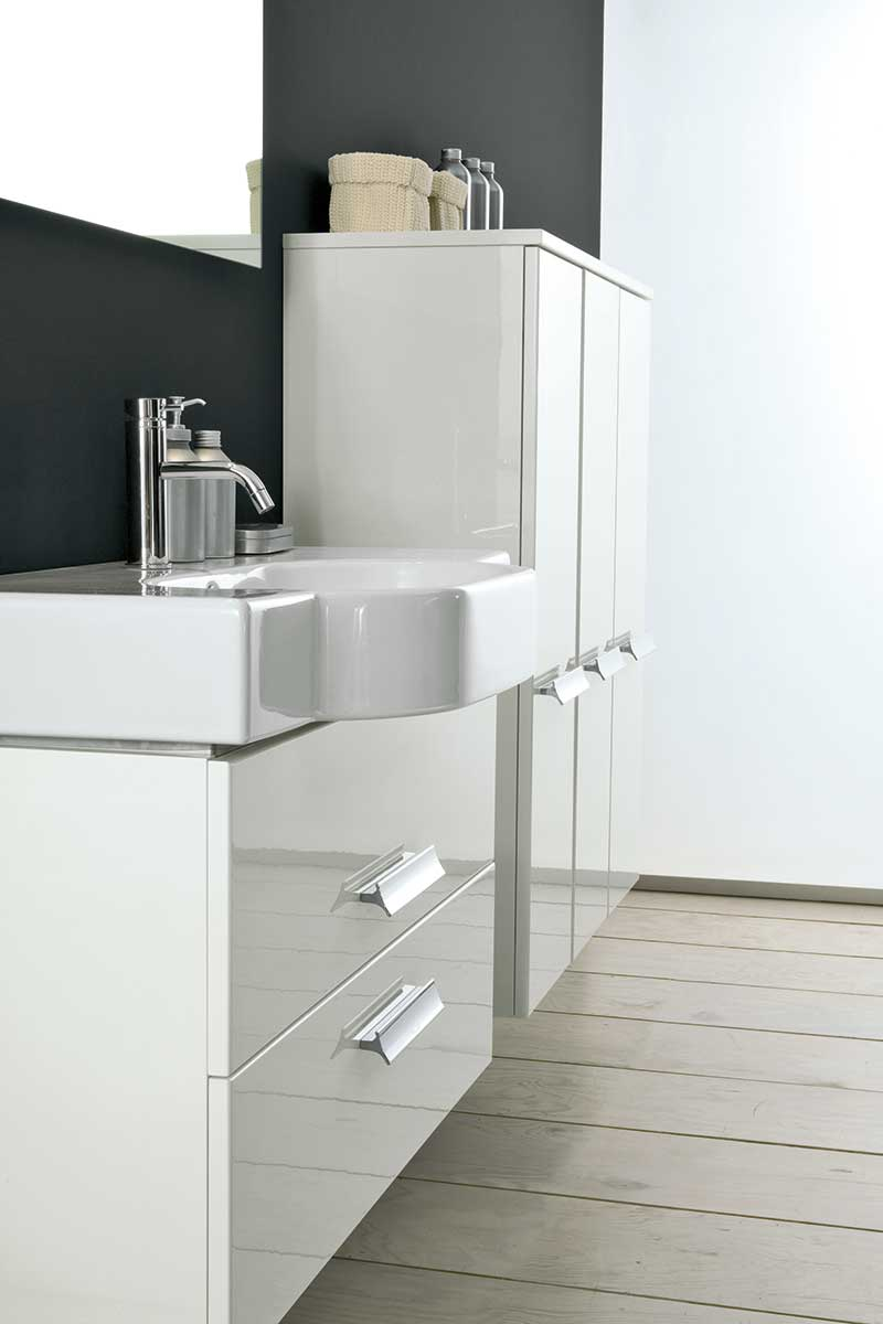 Белая подвесная тумба и шкафы в ванной