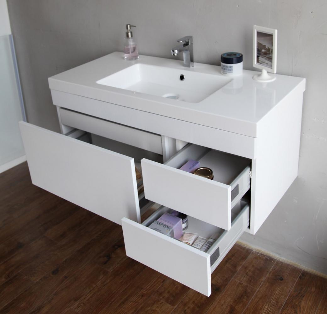 Белая навесная тумба с ящиками в ванной