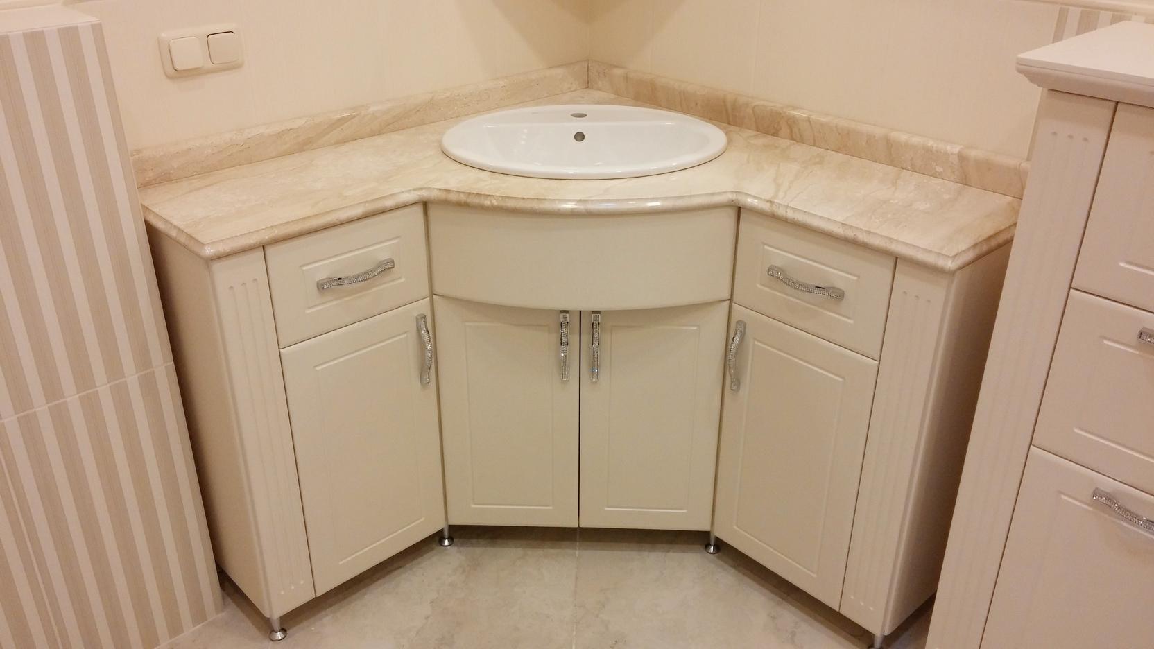 Угловая бежевая тумба под раковину в ванную