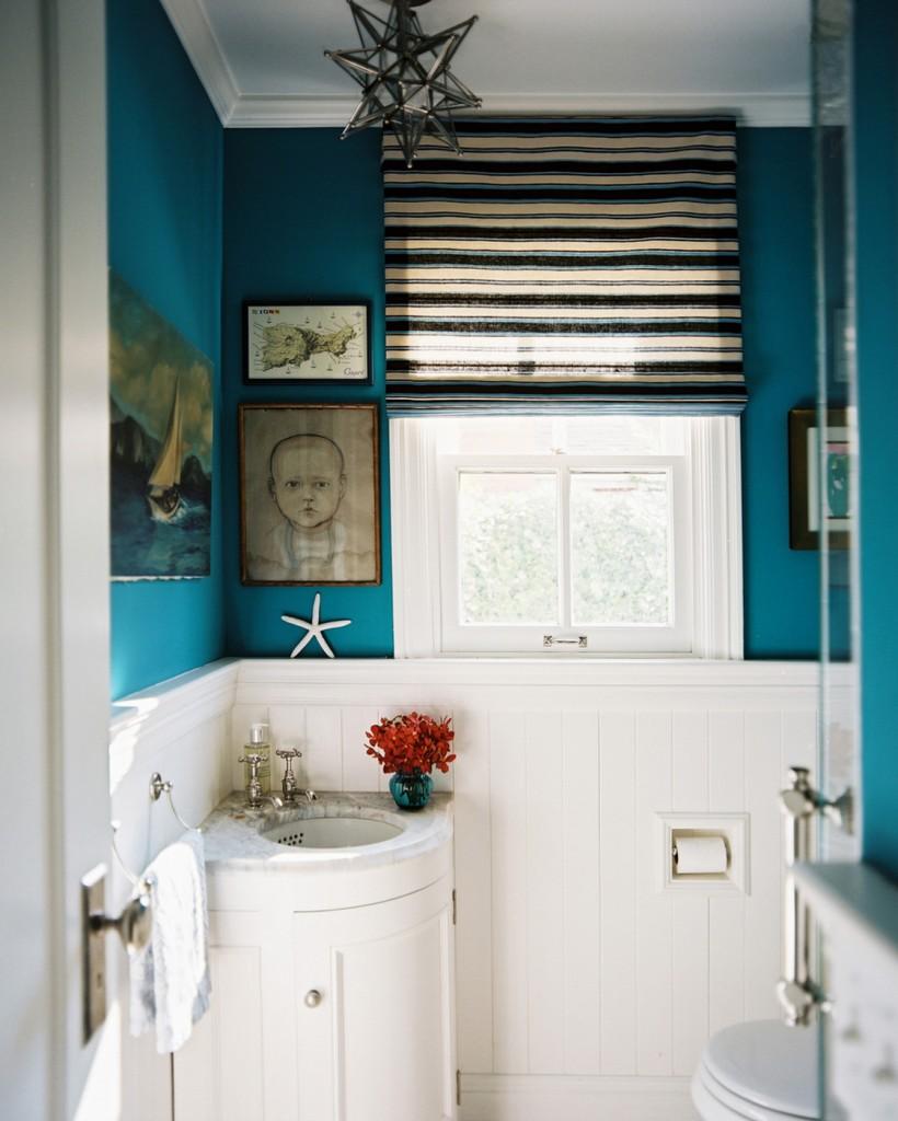 Белая угловая тумба в ванной