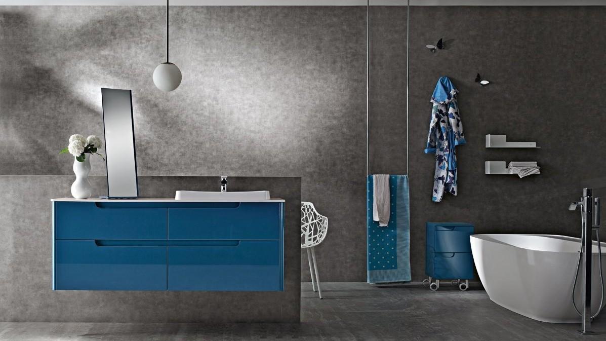 Синяя навесная глянцевая тумба в ванной