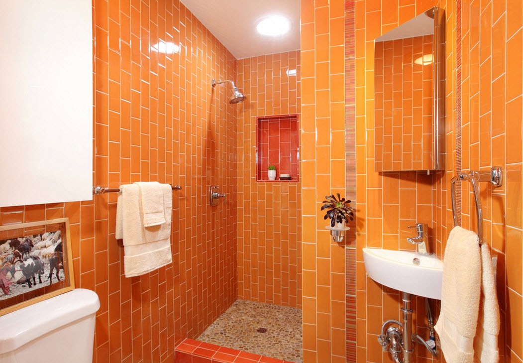 Яркая оранжевая плитка в ванной