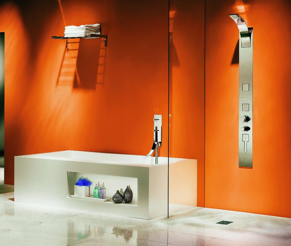 Бело-оранжевая ванная в стиле хай-тек