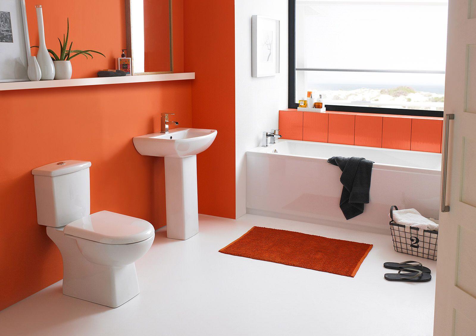 Красивый белый и оранжевый декор в ванной