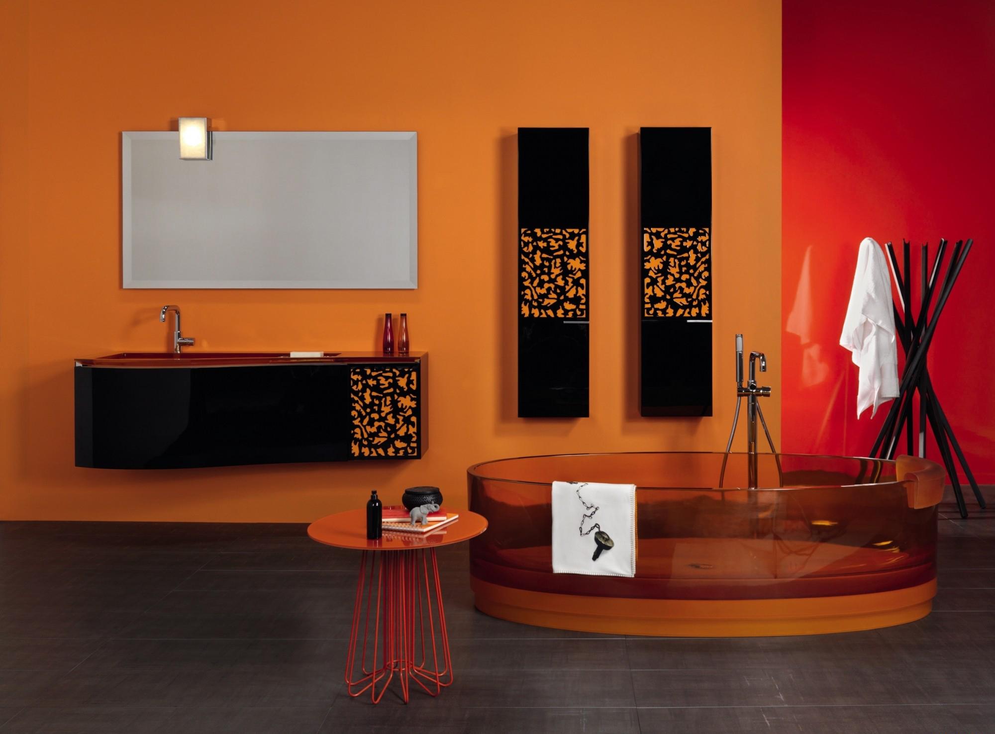 Минималистичный декор черно-оранжевой ванной комнаты