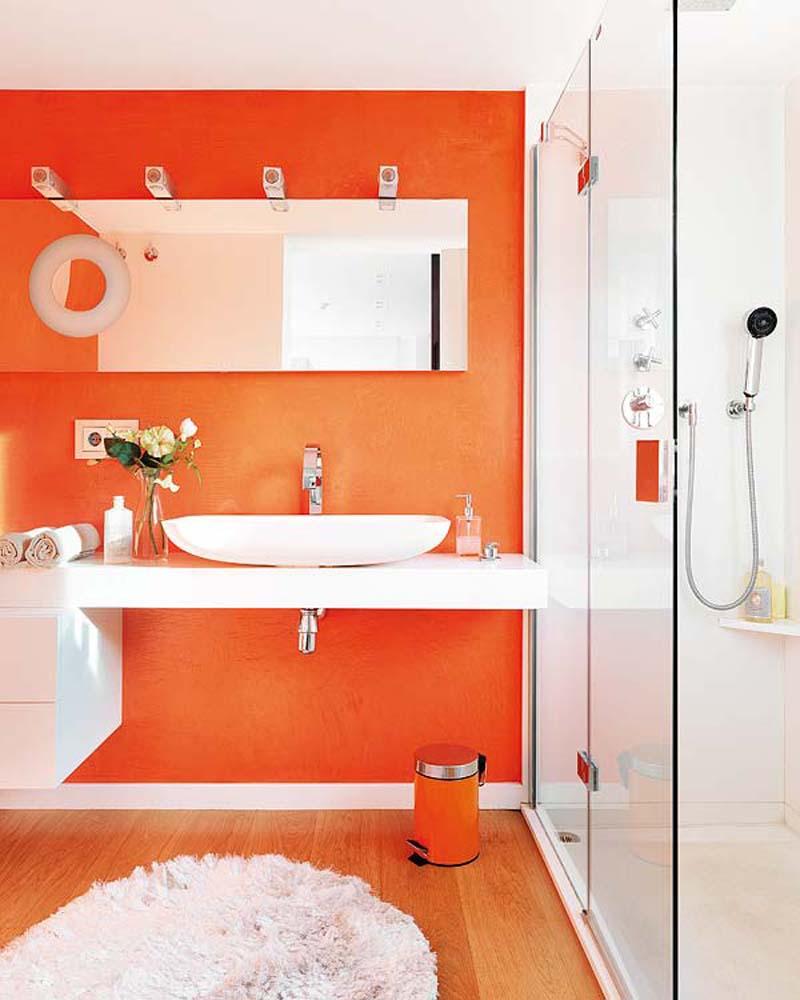 Бело-оранжевая ванная со стеклянным душем