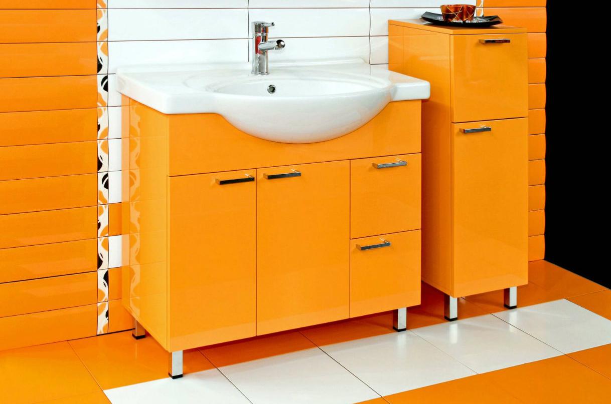 Оранжевые тумбы в ванной