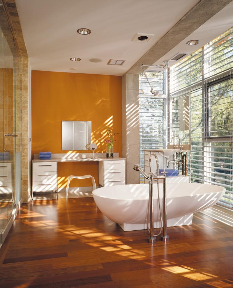 Точечное освещение в ванной комнате с оранжевой стеной