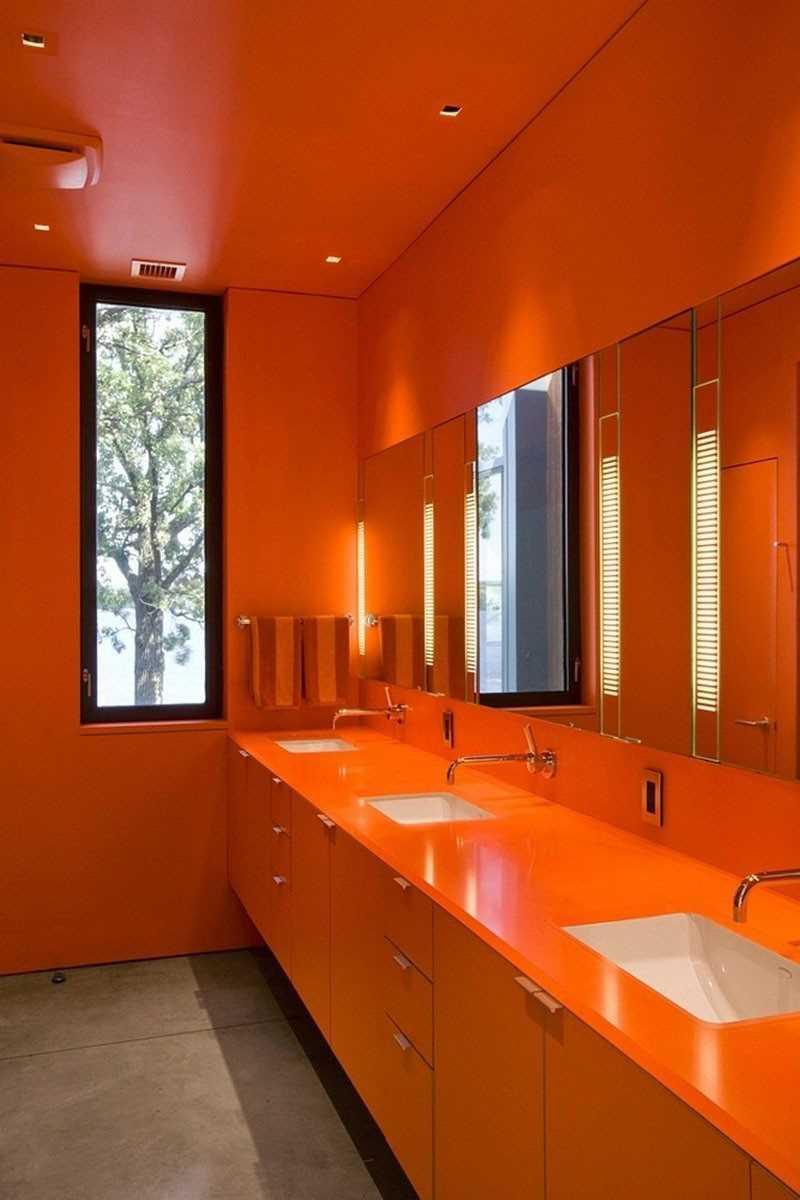 Насыщенный оранжевый цвет в интерьере ванной комнаты