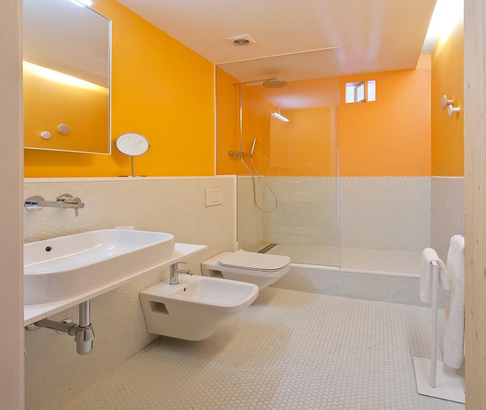 Оранжевая верхняя часть стены в ванной