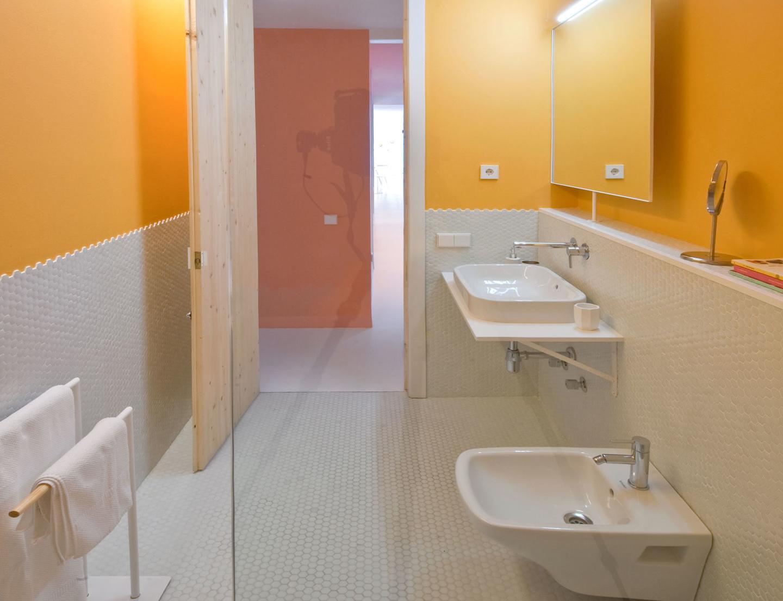 Оранжево-белая стена в ванной