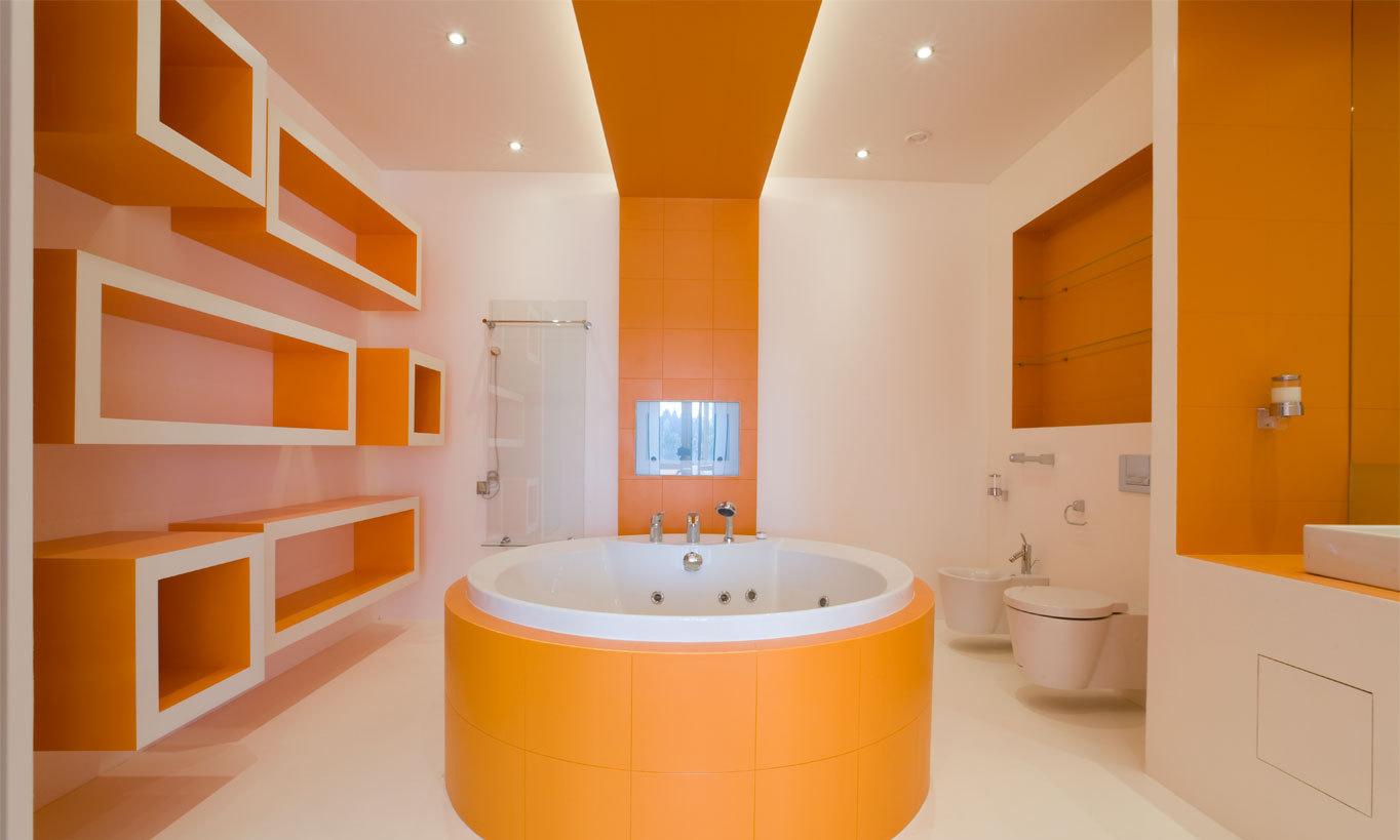 Круглая бело-оранжевая ванная