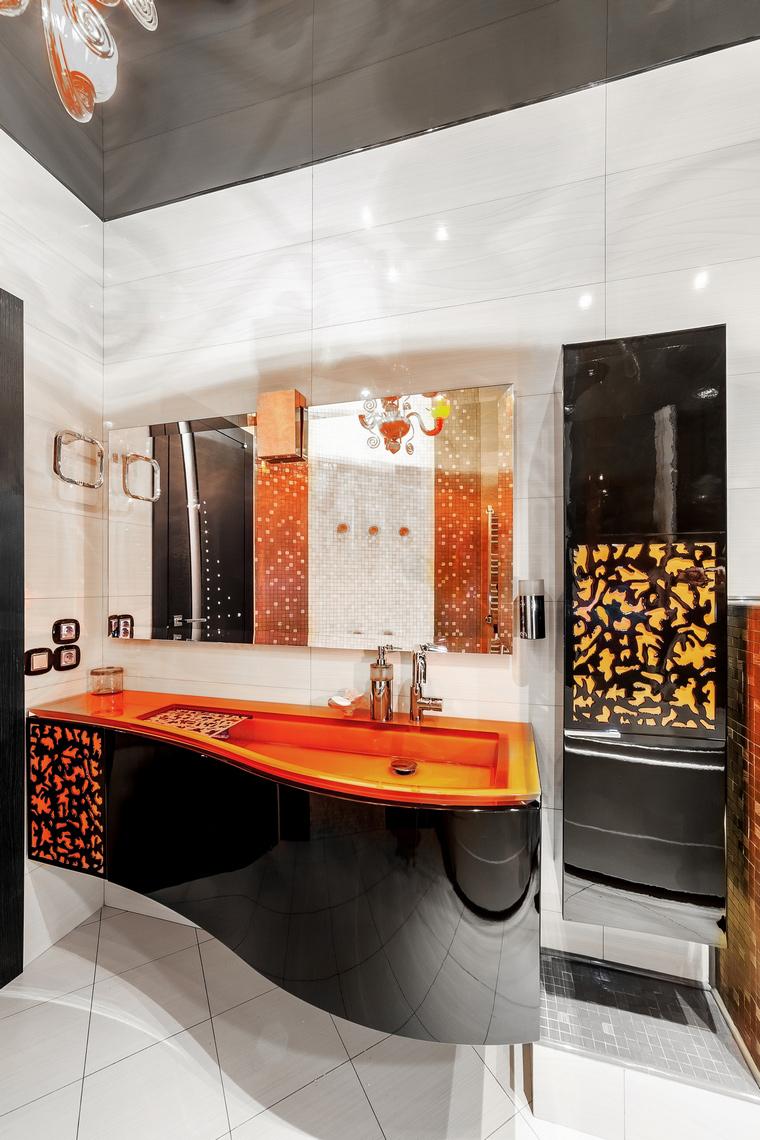 Стильные оранжевые акценты в ванной