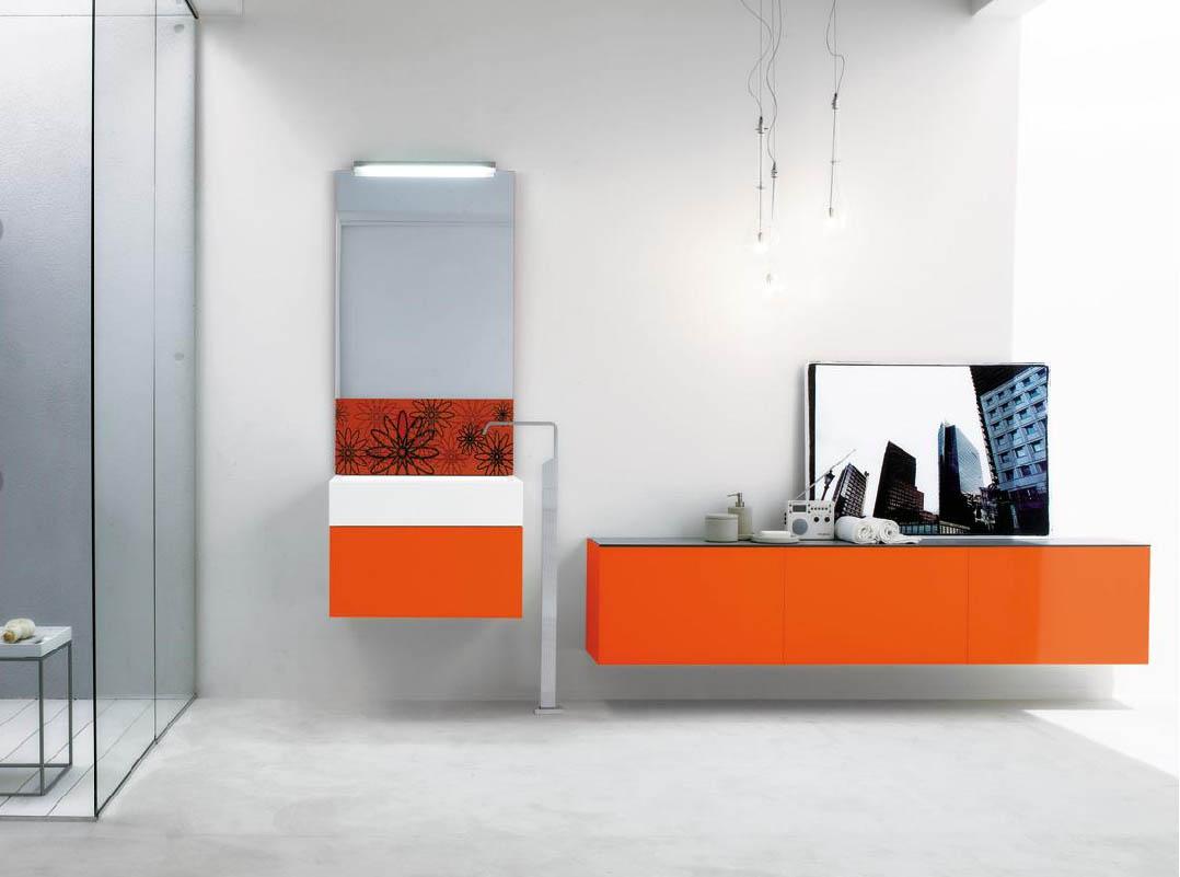 Оранжевый и разноцветный фасады мебели в ванной
