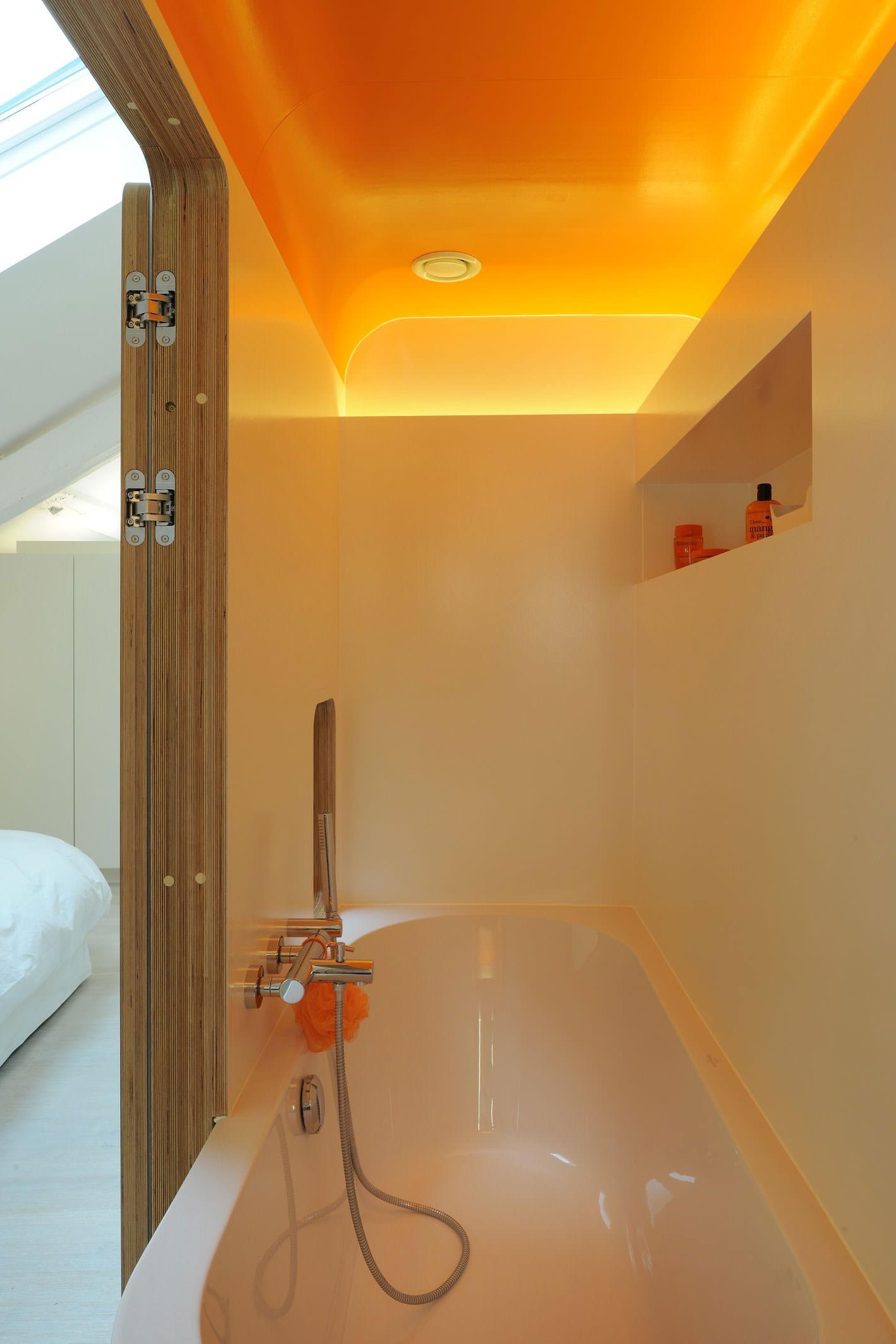 Оранжевый потолок в ванной