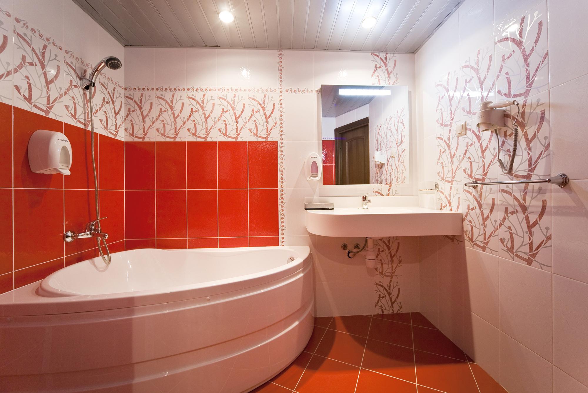 Оранжевый пол в интерьере ванной