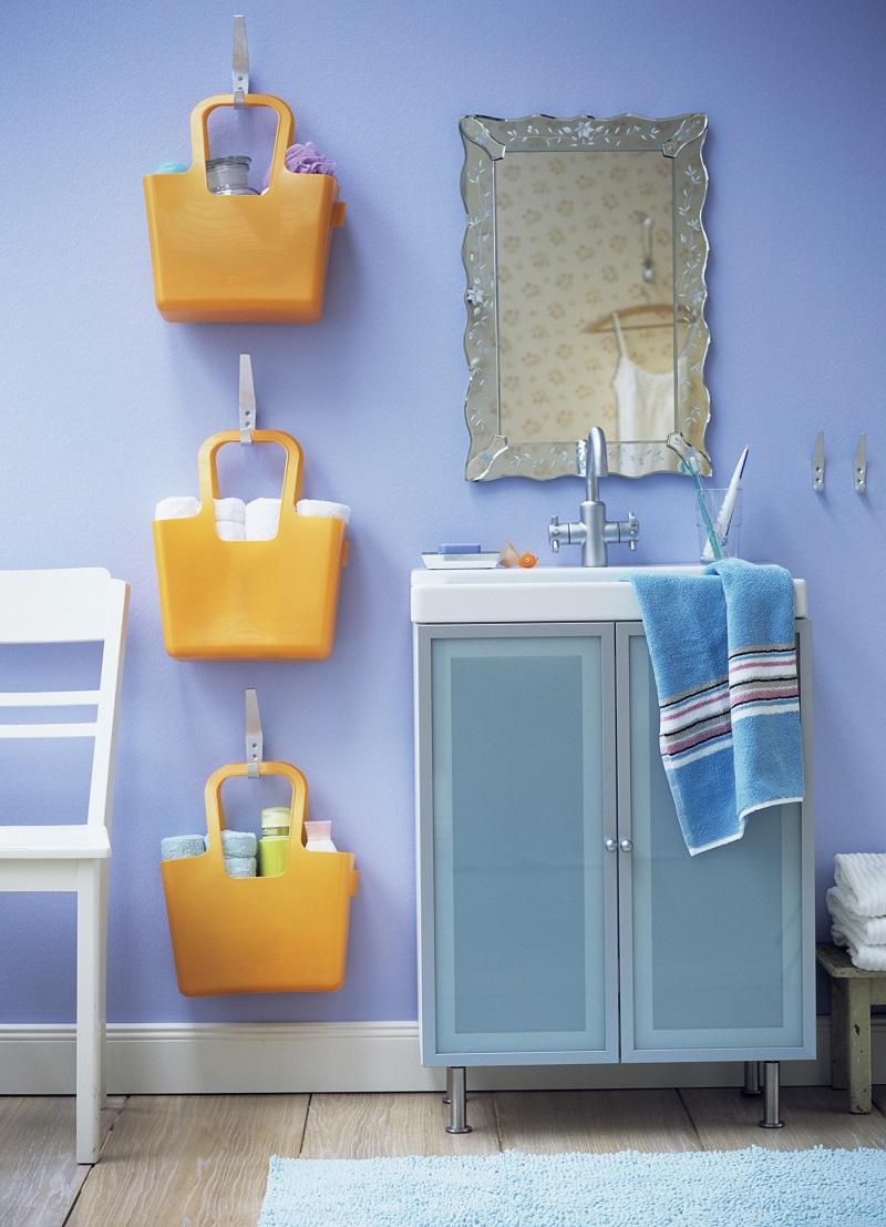 Оранжевые корзинки в ванной