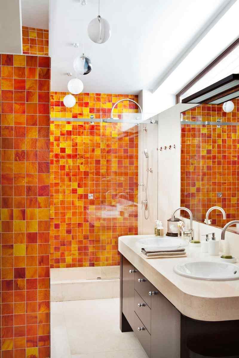 Квадратная оранжевая плитка в ванной комнате