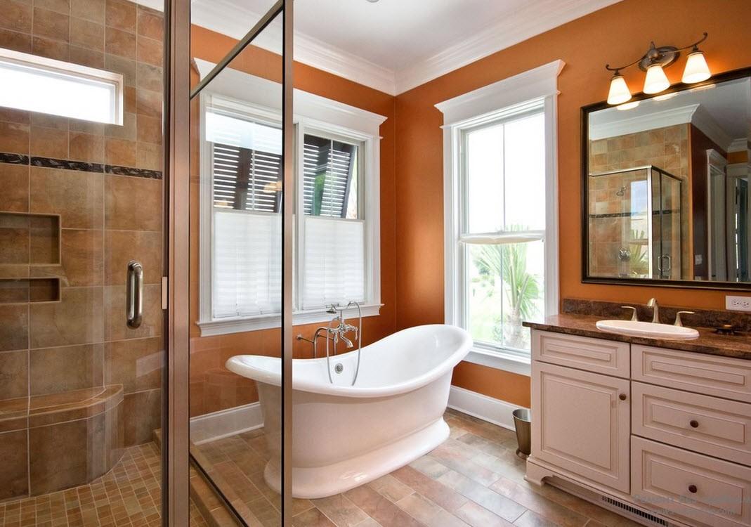 Приглушенные оранжевые стены в ванной