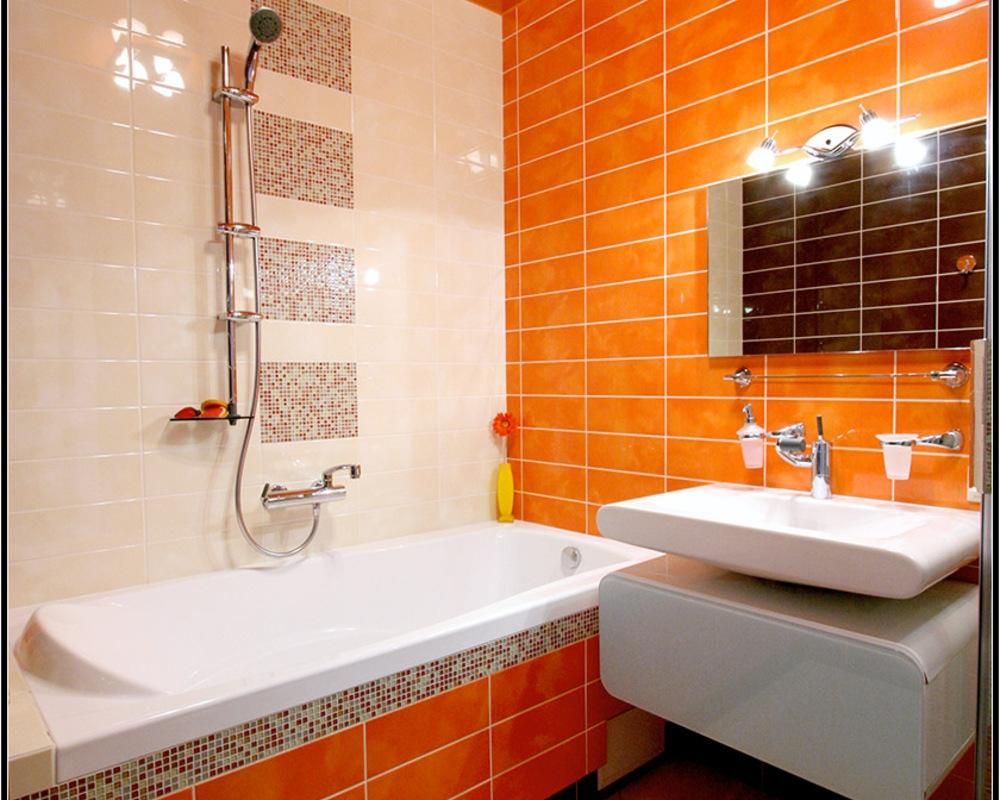 Бело-оранжевая ванная с мозаикой