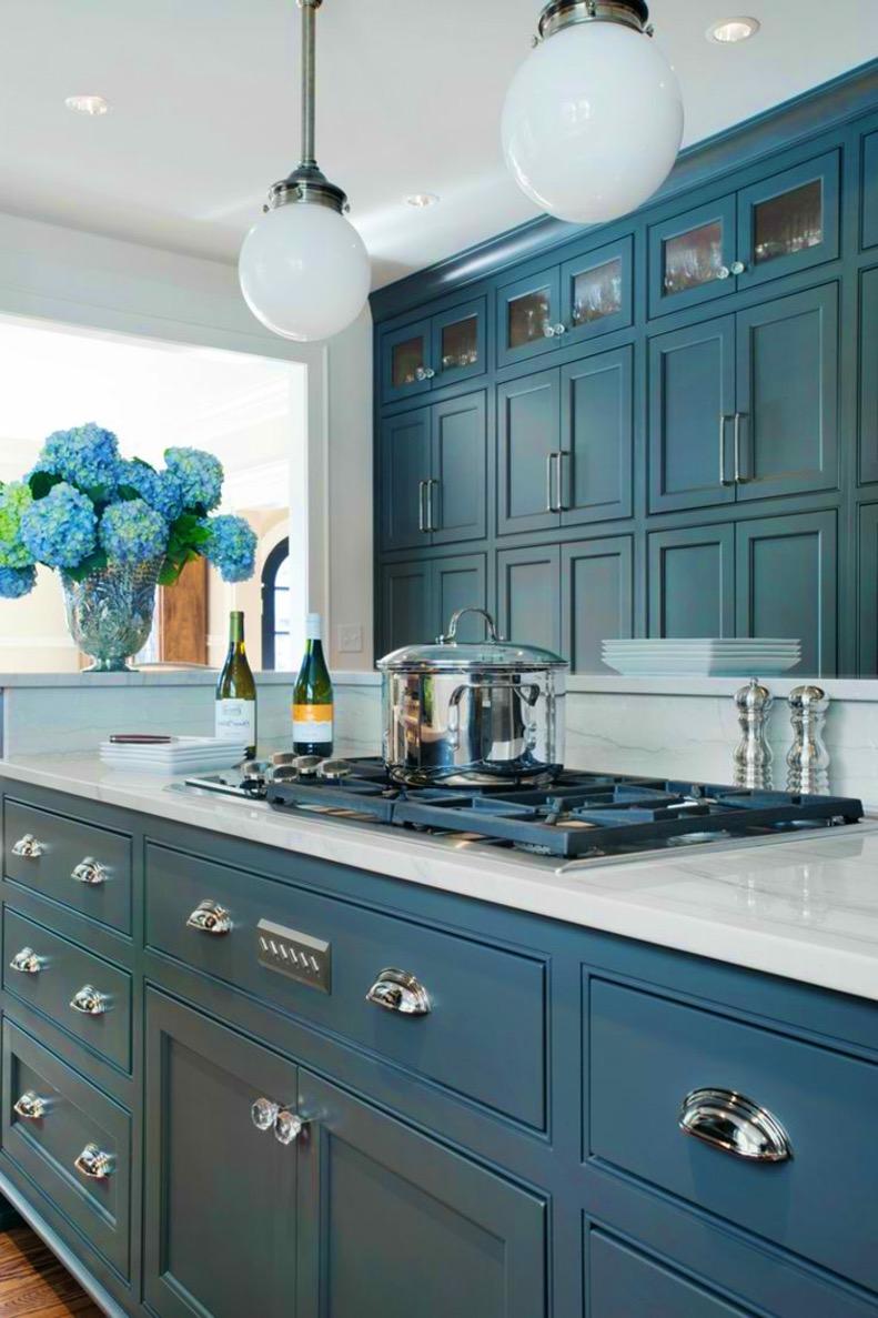 Кухня в голубых тонах винтажная
