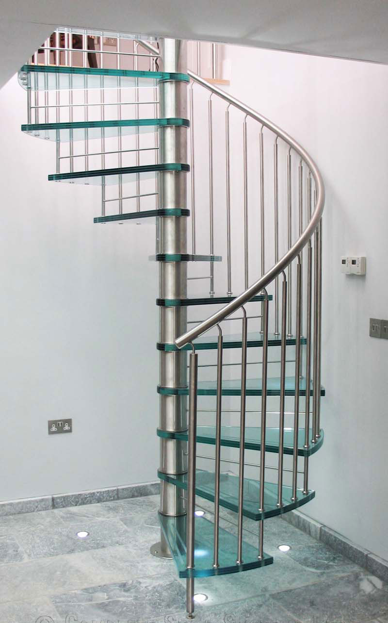 Винтовая лестница из стекла и металла